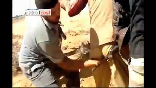 Вы можете увидеть попытку насилия Каддафи на 16-й секунде.